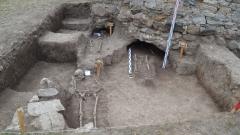 Разкопки отриха вградени млади жени в средновековен храм в Ботевградско