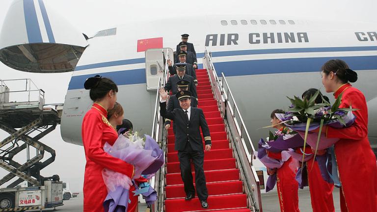 Защо Китай си внася чуждестранни пилоти и им дава по $300 000 заплата?
