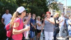 Протестиращи и контрапротестиращи влязоха в словесен сблъсък пред новото метро