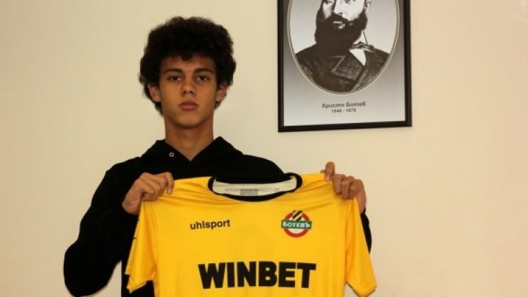 Юношата на Ботев (Пловдив) Бисер Бонев подписа първи професионален договор