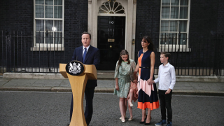 """Оставям Великобритания много по-силна, обяви Камерън и напусна """"Даунинг стрийт"""""""