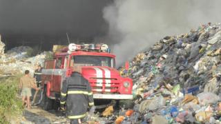 Гледат под лупа запаленото сметище в Дупница