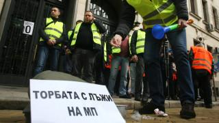 Надзирателите обмислят да подновят протестите си след бягството на двама осъдени