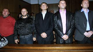 Намалиха наполовина присъдите на полицаите, убили Чората