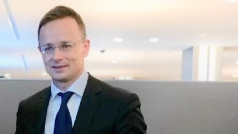 Унгарският външен министър се ваксинира с руската ваксина, обеща още 680 хиляди дози