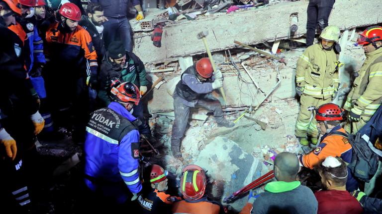 Снимка: Жертвите на рухналата сграда в Истанбул вече са 21