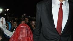 Най-високият мъж в света се ожени