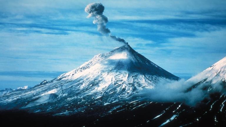 Вулканът Павлоф изригна в Аляска, изхвърли пепел на над 6 км