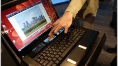 Intel показа лаптоп с втори дисплей отвън на капака