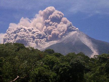 Евакуираха над 35 000 души в Гватемала заради изригване на вулкан