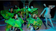 """30 деца-артисти в пиесата """"Морско синьо"""" на Сатиричния театър"""