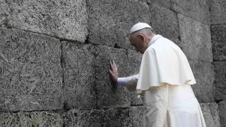 """Папа Франциск посети лагера """"Аушвиц"""" и се помоли за жертвите на Холокоста"""