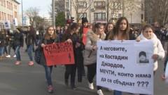 Ученици и учители блокираха кръстовище в Бургас