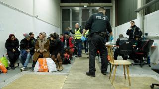 Подкрепата за крайнодесните в Швеция спада след затягането на приема на мигранти