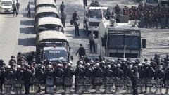 Полицията в Мианмар използва водни оръдия, гумени и бойни патрони по протестиращите