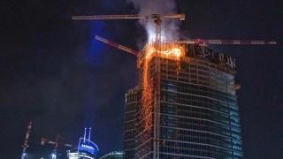 Горя новостроящ се небостъргач във Варшава