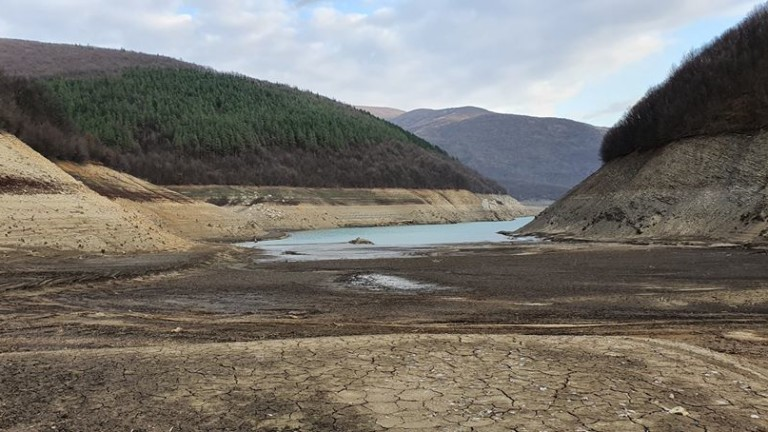 Водната криза с Перник продължава вече няколко месеца, а един