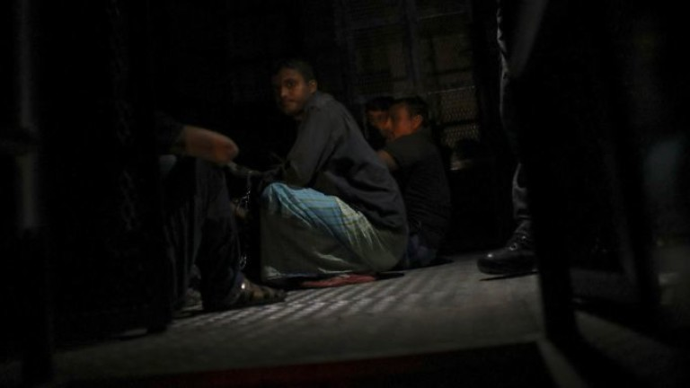 Откриха 30 мигранти в изоставен камион в Северна Македония. Това