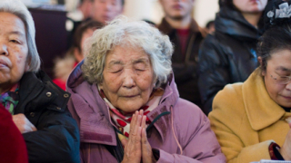 Задължават китайците да се грижат за родителите си