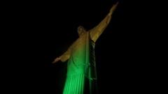 Статуята на Христос освети Рио Де Жанейро в зелено и жълто