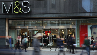Marks & Spencer ще продава по-малко дрехи и повече храни