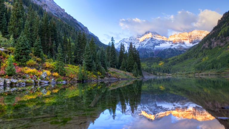 Някъде там, между зъберите на Скалистите планини, простиращи се между