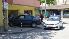 Кола се заби в закусвалня в Благоевград, шофьорът избяга