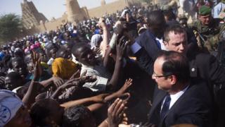 Мали посрещна френския президент като герой