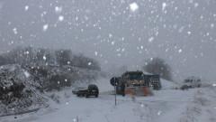 Снегорин се преобърна и затвори пътя Кюстендил-Дупница