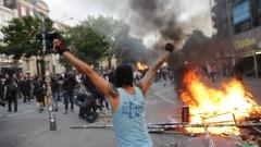 Полицай стреля срещу протестиращи