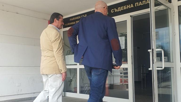 Докато в София пред сградата на Съдебната палата втори ден