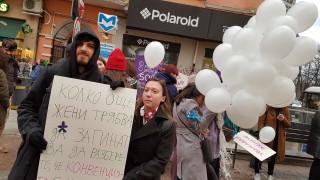 С бели балони почетоха паметта на загинали през последните месеци жени
