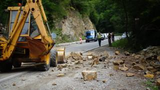 Авария затруднява движението за Рилския манастир от месеци