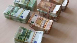 Задържаха контрабандна валута за близо 90 000 лева