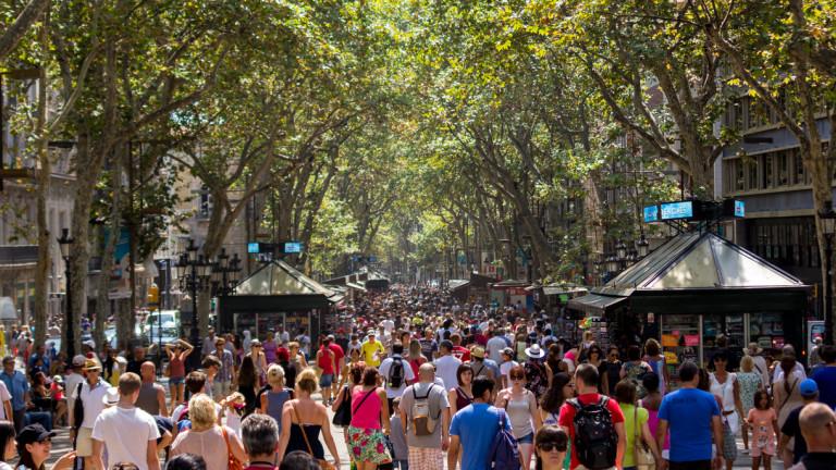 """Море от хора по емблематичната """"Ла Рамбла"""" в Барселона"""