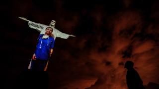 Рио облече статуята на Исус Спасителя в лекарска престилка