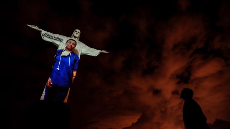 Статуята на Исус Спасителя, която се извисява над Рио де