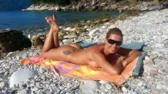Джина Стоева се пече гола