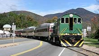 Бърз влак се удари в скала