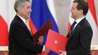 Медведев призова за нови политики към Близкия изток