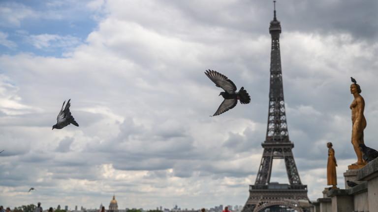 Айфеловата кула е евакуирана, след като човек
