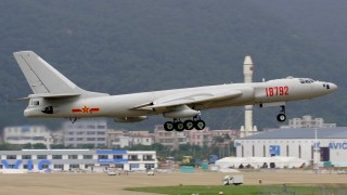 Китайски бомбардировачи с учебни кацания на спорни острови в Южнокитайско море