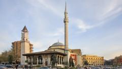 Мъж наръга няколко души в джамия в Албания