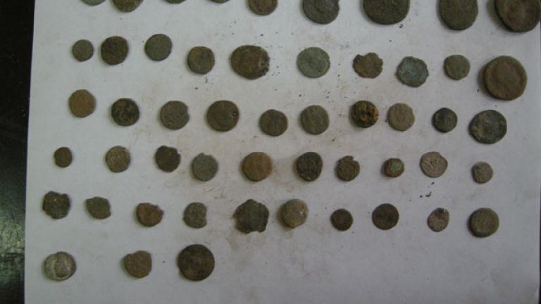Боен арсенал, 3 заглушителя и антични монети иззеха полицаи