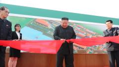 Жив и здрав Ким Чен Ун откри завод пред ликуващи севернокорейци с маски