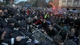 Протестиращите в Тирана щурмуваха парламента