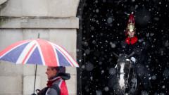Необичайни снегове блокираха Великобритания