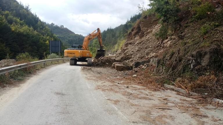 Пътят Варна - Кранево застрашен заради свлачище
