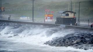 """Училища остават затворени след бурята """"Офелия"""" в Ирландия"""