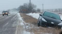 Над 60 катастрофи в първия снежен ден в страната